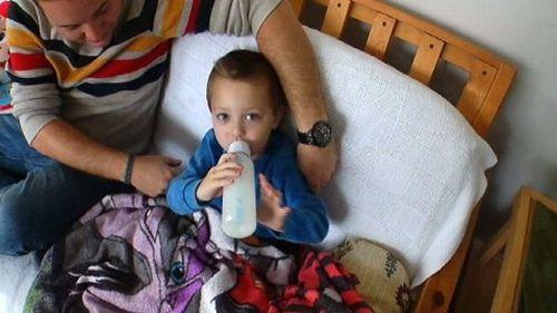 Kỳ lạ cậu bé không thể ăn gì ngoài sữa