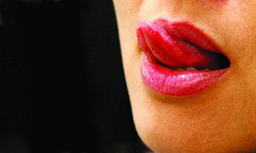 Thè lưỡi liếm môi chữa bụi mắt