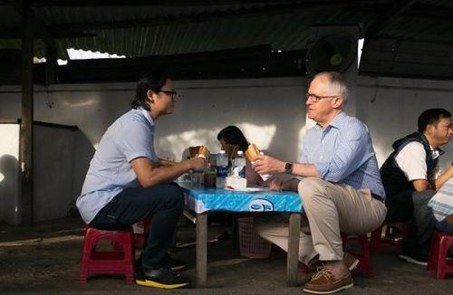 Thủ tướng Úc ăn bánh mì vỉa hè, chụp ảnh 'tự sướng' ở Đà Nẵng
