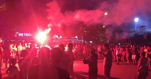 Chưa phân thắng thua, CĐV Việt Nam đã ăn mừng bằng pháo sáng rực góc sân Mỹ Đình