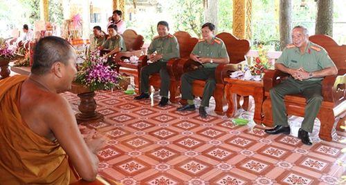 Công an tỉnh An Giang thăm, tặng quà các chùa Khmer
