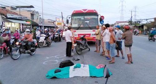 Va chạm với mô tô đi cùng chiều, một người đàn ông bị cán tử vong