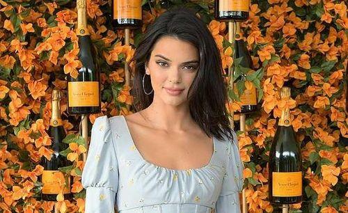 Nàng mẫu 9X Kendall Jenner cuốn hút với đầm mùa thu gợi cảm