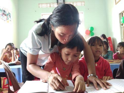 Cô giáo tật nguyền âm thầm gieo chữ vùng đất đỏ