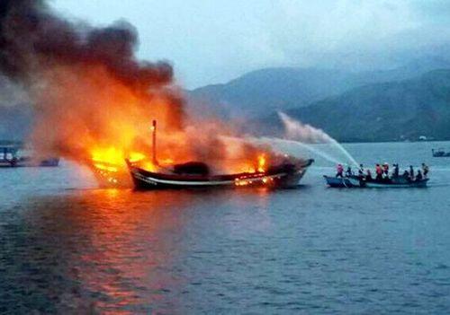 Tàu cá chở 10.000 lít dầu cháy dữ dội ở Phú Quốc gây thiệt hại lớn