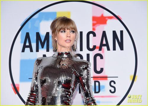 Taylor Swift nổi bật trên thảm đỏ lễ trao giải âm nhạc Mỹ