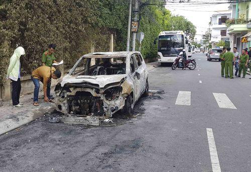 Ô tô 7 chỗ của doanh nghiệp vận tải bị đốt cháy giữa đêm