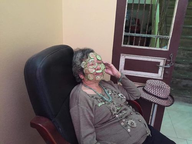 Hình ảnh bà nội 80 tuổi đắp mặt nạ dưa chuột và câu chuyện khiến nhiều cô gái 'chào thua'