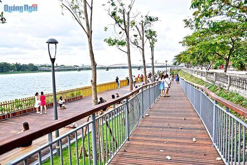 Độc đáo cầu đi bộ gỗ lim dọc sông Hương