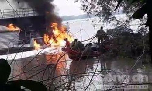 Tàu chở xăng phát nổ bốc cháy trên sông, một người tử vong