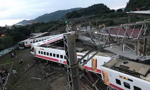 Tàu hỏa trật bánh khỏi đường ray tại Đài Loan, hơn 100 người thương vong