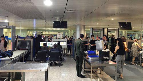 Hai hành khách bị xử phạt vì mang theo 200 triệu đồng khi xuất cảnh