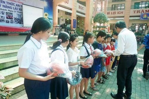 100 mũ bảo hiểm tặng học sinh xã Phạm Văn Hai