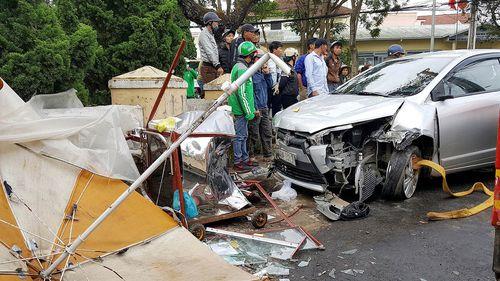 Xe ô tô mất lái ủi nhiều xe máy trên phố khiến 4 người bị thương