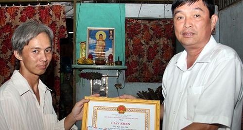 Khen thưởng người đàn ông nghèo nhặt được 50 triệu đồng đem giao nộp Công an