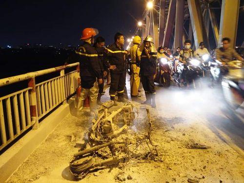 Xe máy Attila bốc cháy giữa cầu Chương Dương