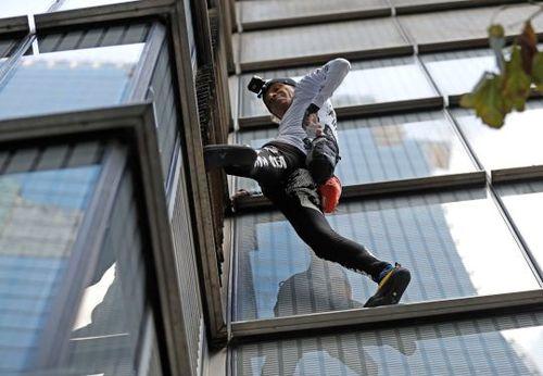 'Người nhện' tay không thoăn thoắt leo tòa tháp cao 202 m
