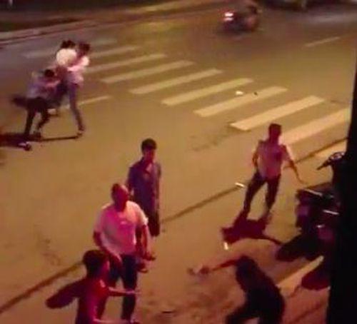 Nhóm thanh niên bắt người trái phép trong quán nhậu ở TP.HCM