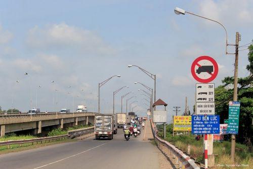TP.HCM cấm phương tiện lưu thông qua cầu Bến Lức cũ để thi công