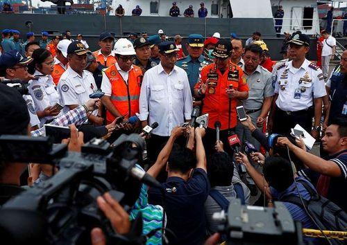 Vớt được hộp đen của máy bay Indonesia rơi xuống biển