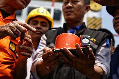 Indonesia tìm thấy bộ phận hạ cánh của chiếc máy bay gặp nạn