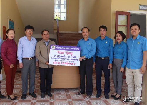 Hoạt động hỗ trợ học sinh nghèo ở các địa phương