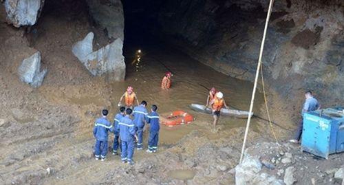 Khẩn trương cứu nạn cứu hộ 2 người mắc kẹt trong lò đào vàng trái phép