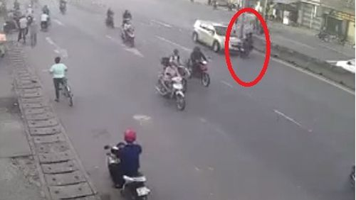 Sang đường không quan sát, hai thanh niên bị ô tô tông trực diện