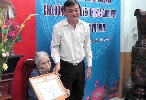 Trao Huy hiệu 70 năm tuổi Đảng cho đồng chí Nguyễn Thị Hòa