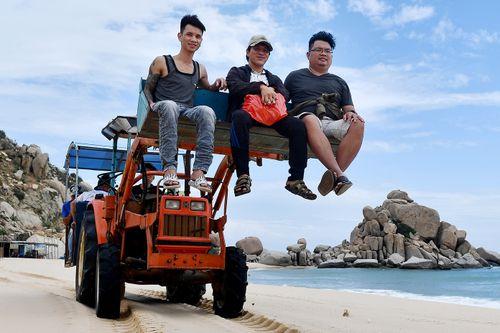 Máy cày, xe bọ hung độc đáo chở khách ở Mũi Dinh