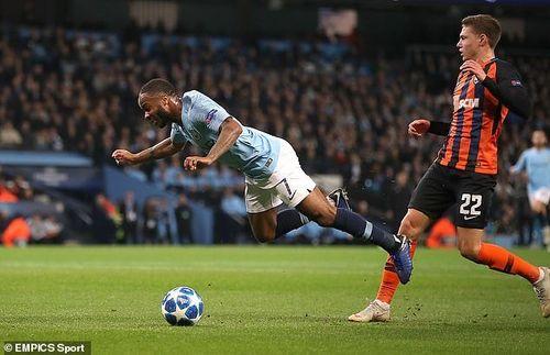 Sterling 'diễn kịch' quá lố, Man City đoạt vé sớm vòng 1/8