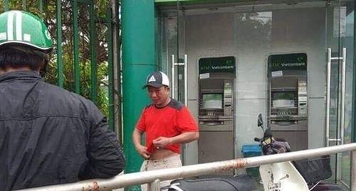 Trét ớt bột vào mặt người rút tiền tại trụ ATM cướp tiền