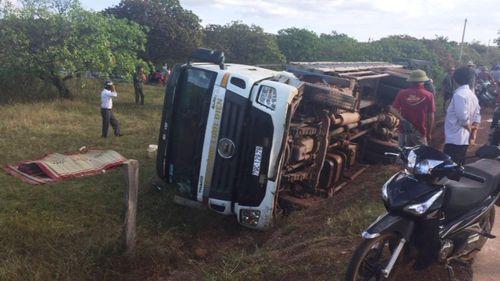 Lật xe tải chở trụ điện, hai người tử vong