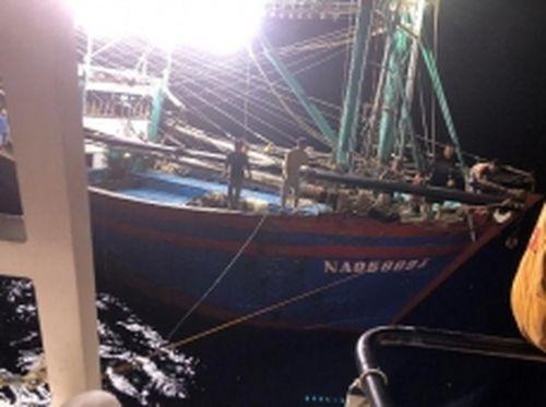 Cứu thành công tàu cá và 10 ngư dân gặp nạn trên biển
