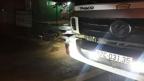 Xe máy tông vào đuôi xe tải dừng bên đường, thanh niên tử vong tại chỗ