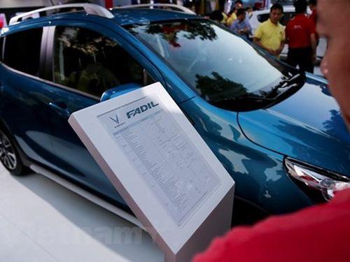 Hàng nghìn người đến chiêm ngưỡng và đặt mua xe Vinfast