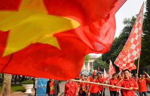 Cổ động viên diễu hành, đốt pháo sáng trước trận đấu với Campuchia