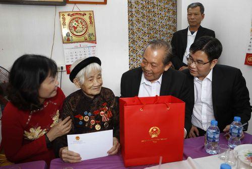 Phó Thủ tướng Thường trực thăm các gia đình chính sách