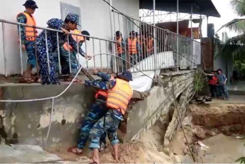 Lực lượng quân đội giúp dân ứng phó mưa lũ ở Khánh Hòa