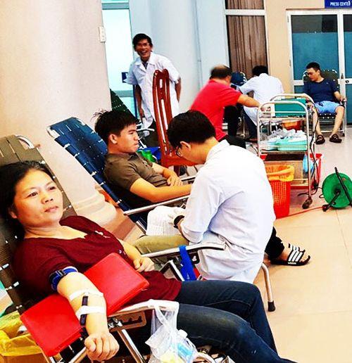 Hơn 100 người tham gia hiến máu tình nguyện