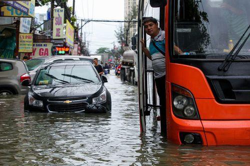 Xe hơi 'chết đuối' trong biển nước, thực khách bất đắc dĩ gác chân ngồi ăn ở nhà hàng