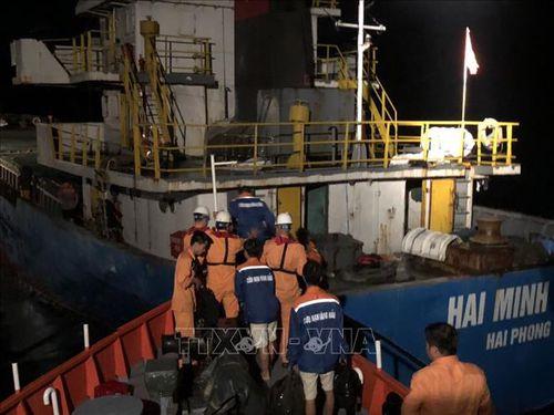 Tàu cá va bãi đá ngầm, 3 thuyền viên rơi xuống biển