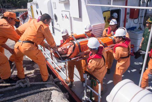Cứu nạn thuyền viên Philippines bị thương trên biển