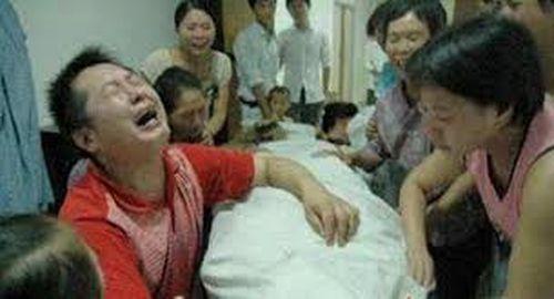 Ngay tại lễ tang, chàng trai cưới bạn gái đã chết làm vợ