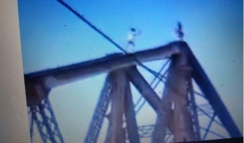 Clip: Thót tim 2 thanh niên leo lên đỉnh cầu Long Biên nhào lộn