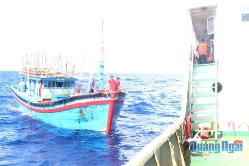 Vùng 3 Hải quân cứu nạn thành công tàu cá của ngư dân Quảng Ngãi