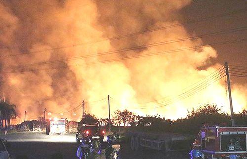 Cháy lớn tại xưởng gỗ, nhiều người hoảng loạn tháo chạy