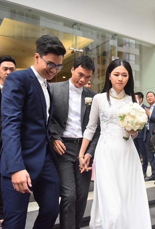 Á hậu Thanh Tú nắm chặt tay chồng trong lễ rước dâu