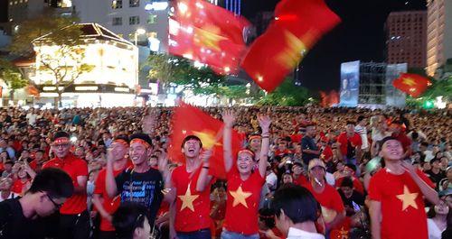 Cổ động viên TP Hồ Chí Minh ăn mừng bàn thắng đầu tiên của đội tuyển Việt Nam
