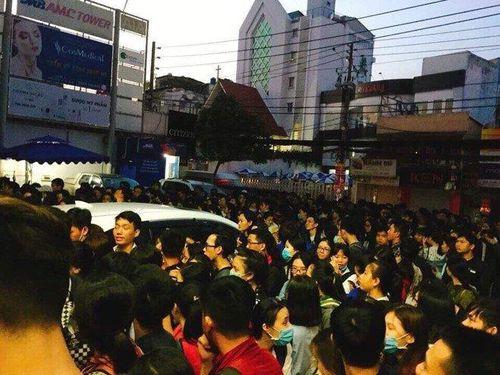 Sinh viên Sài Gòn thức trắng đêm, chen chúc đăng ký thi TOEIC